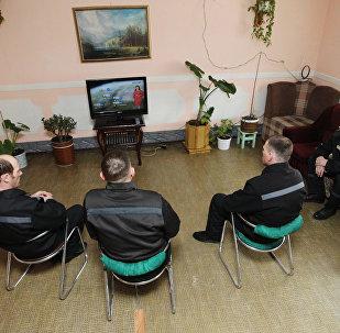 Заключенные смотрят телевизор, архивное фото