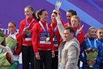 Максим Рыженков вручает главный приз белорусской женской команде, занявшей первое место в командном зачете.