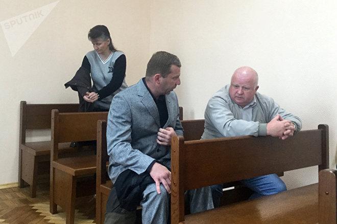 Отец Казакевича, психиатр, которого пригласила сторона защиты, и потерпевшая Баешко на дальнем плане