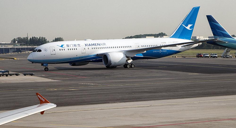 В «Поднебесной» пассажирка излюбопытства открыла аварийный выход самолёта перед взлётом