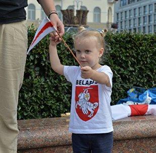 Девочка с бело-красно-белым флажком на акции на площади Независимости, архивное фото