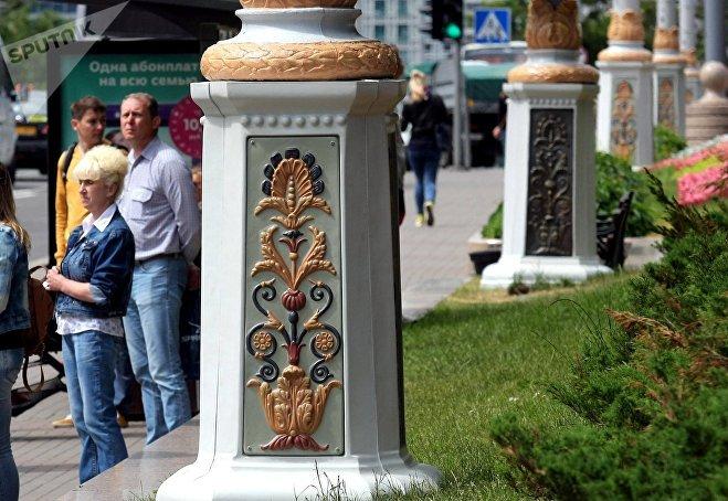 На площади Свободы разрисовали фонарные столбы
