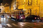 Трамвай у Национального театра в Праге