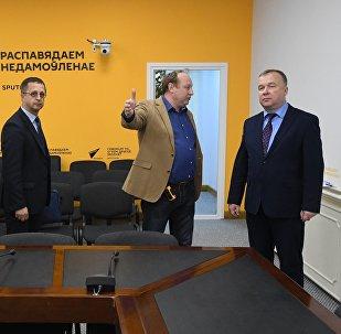 Министр спорта и туризма Александр Шамко (справа) к пресс-центре Sputnik