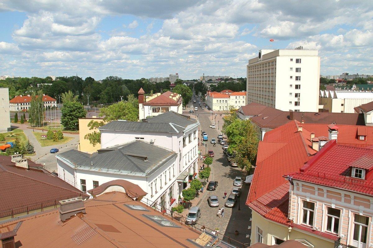 Вид в сторону улицы Ожешко и парка Жилибера. Вдалеке видны купола гродненского Собора и шпиль кирхи