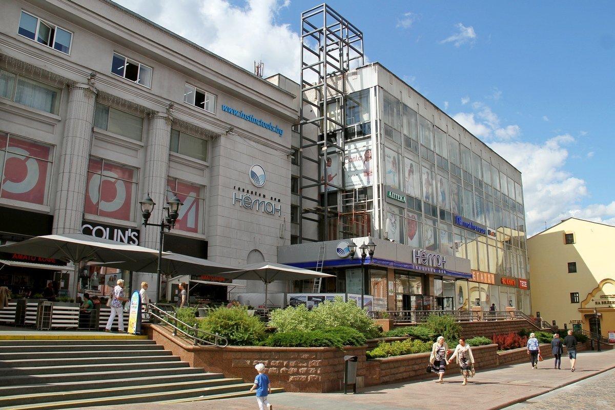На новом лифте с прозрачными стенками можно будет заехать с пешеходной Советской прямо на крышу бывшего универмага