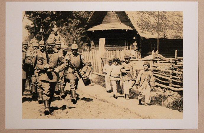 Немецкие солдаты строем идут по улице одного из белорусских сел