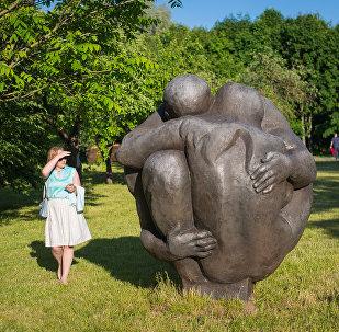 Анатолий Артимович в своей скульптуре Планета рассуждает на вечные темы счастья и любви