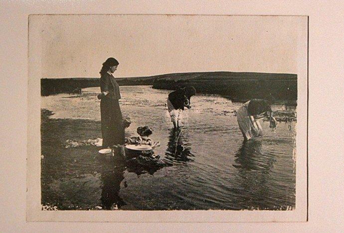 Снимок 1916 года Еврейские девушки стираю белье в речке Мышенка под Барановичами из подборки фотоснимков капитана Фаузера