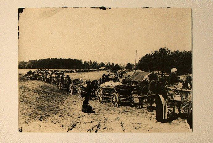 Снимок Колонна беженцев под Барановичами, датированный осенью 1916 года