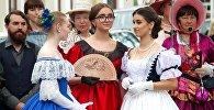 По улице Ожешко прогуливались дамы в нарядах конца XIX – начала XX веков.