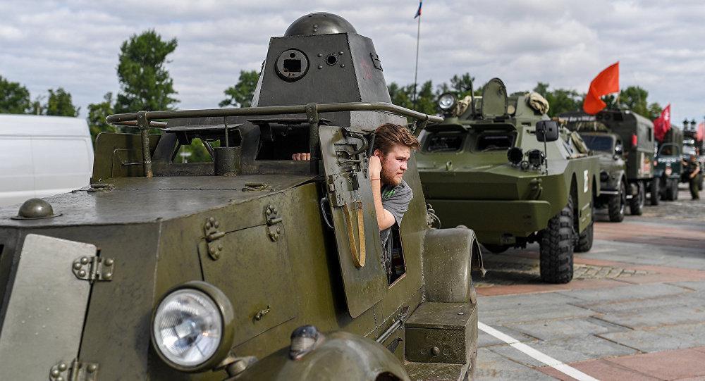 Бронеколонна «Дорога Мужества» начала движение из столицы вБеларусь