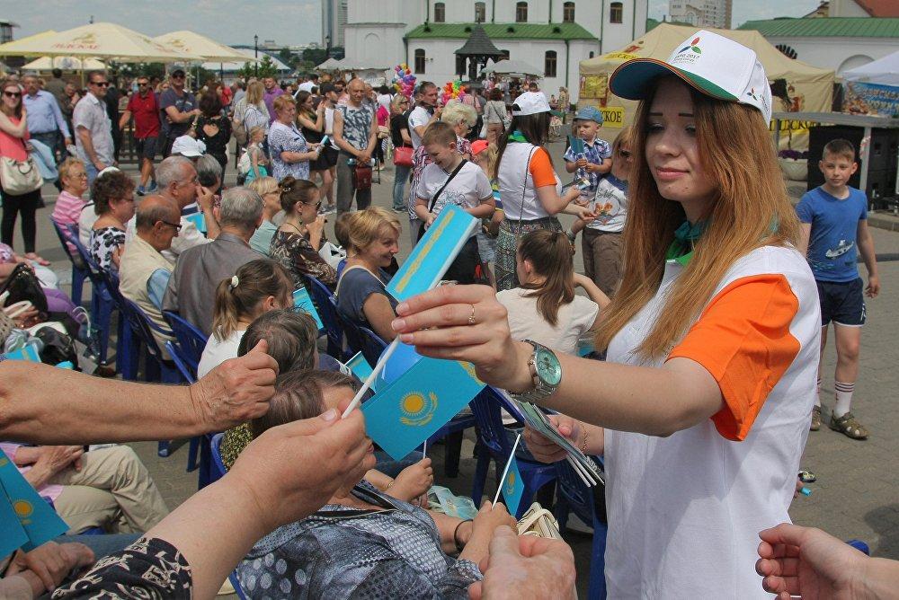 Всем гостям праздника в Верхнем городе раздавали флажки Казахстана.