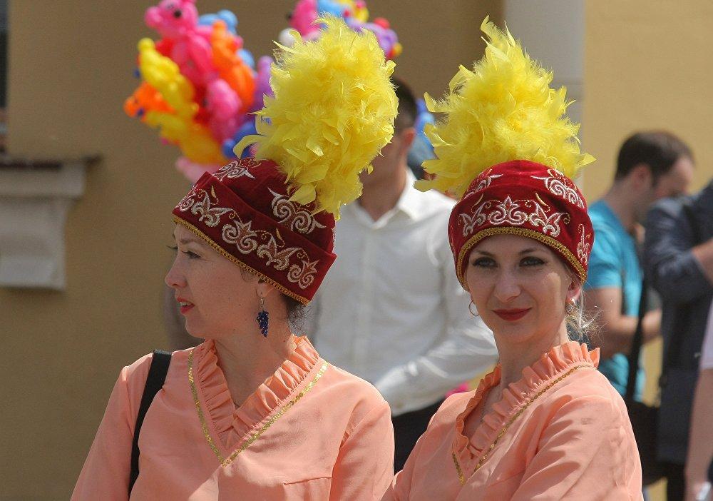 Девушки демонстрировали народные казахские костюмы по-летнему яркие и необычные.