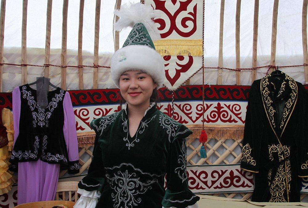 В празднике приняли участие и казахи, учащиеся в Беларуси, студентка БГУ демонстрировала национальный казахский костюм.