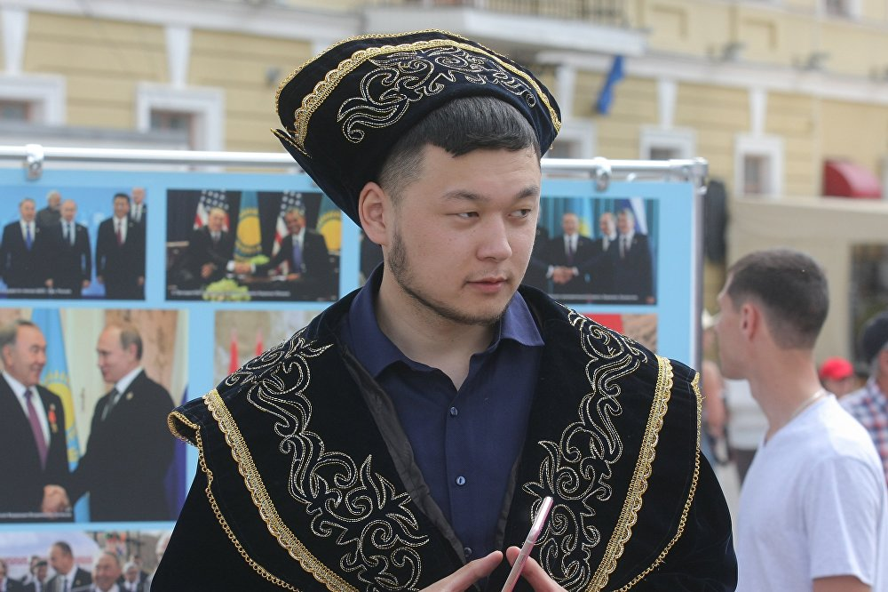 Национальные одежды в Верхнем городе можно было увидеть не только на девушках, но и на юношах.
