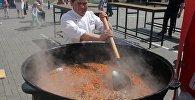 Повар Хашим приготовил для гостей праздника сто килограммов казахского плова.