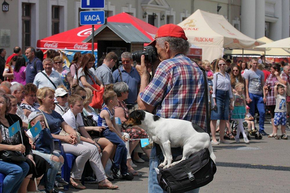 Многие жители Минска пришли на День культуры Казахстана с фотоаппаратами и снимали проходящий праздник.