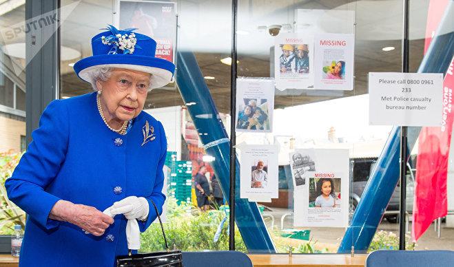 Королева Британии Елизавета посетила место трагедии в лондонском районе Северный Кенсингтон