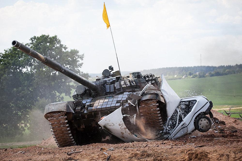 Паводле задумы арганізатараў танкісты расплюшчвалі аўтамабілі.