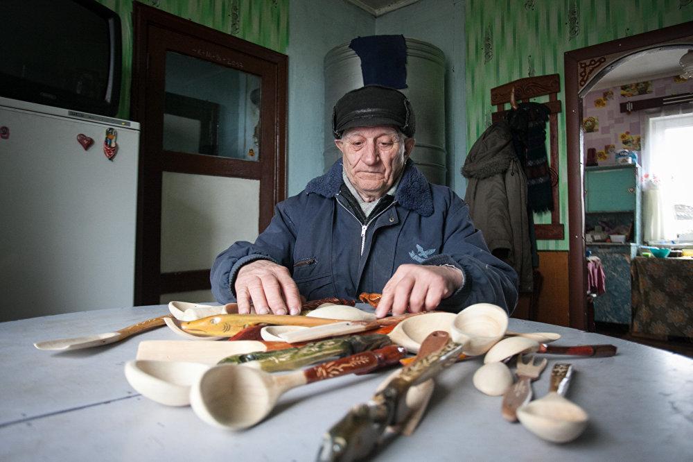 Петр Друсь акрамя вырабу лыжак таксама збірае летапіс сваёй вёскі і спявае ў хоры.