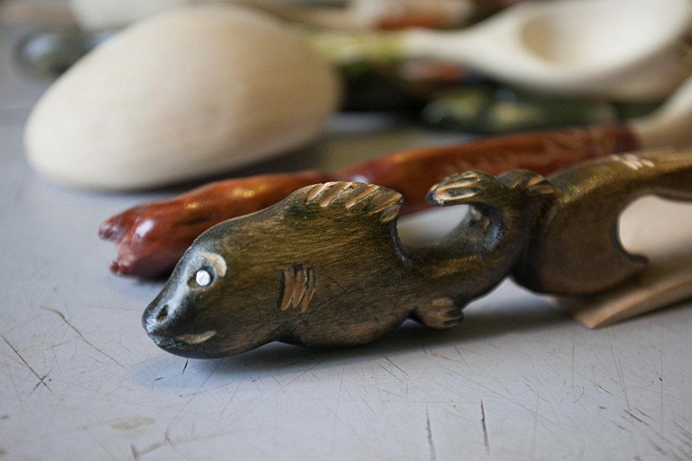 Выразае таксама фігуркі жывёл, скульптуру невялікага аб'ёму.
