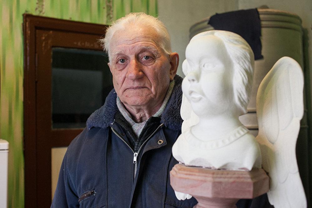 Акрамя драўляных лыжак Пётр зрабіў скульптуру анёла.