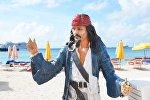 Фигура капитана Джека Воробья на пляже