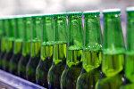 Бутылки с пивом в цехе розлива, архивное фото