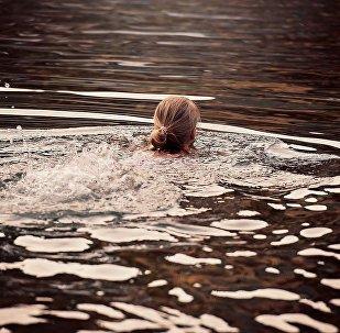 Девочка плывет