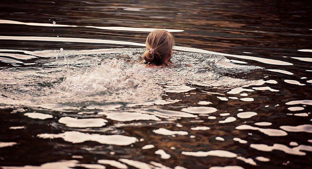 Дзяўчынка плыве