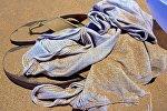 Сланцы и майка на пляже, архивное фото