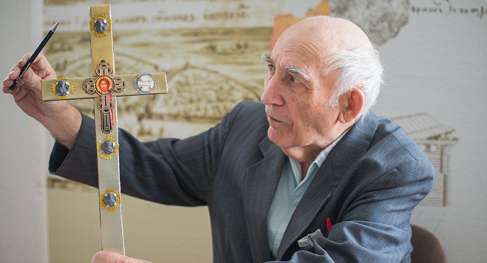 Пётр Лысенка дэманструе макет Тураўскага крыжа