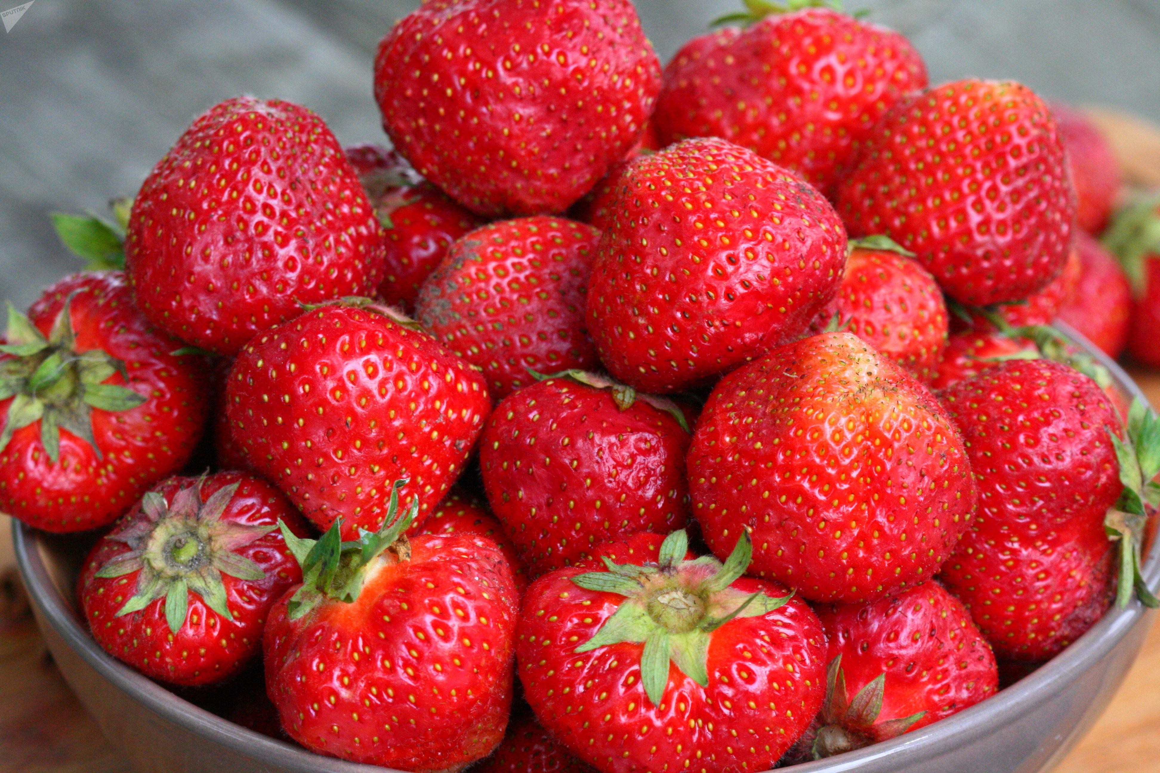 Крупные ягоды лучше разрезать на 3-4 части