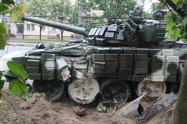 На репетиції параду в центрі Мінська танк врізався у стовп