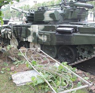 Танк врезался в столб в Минске