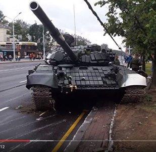 Танк врезался в столб в Минске, видео