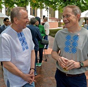 Глава МИД РБ Владимир Макей (слева) и временный поверенный в делах США Боб Райли