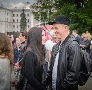 Пара влюбленный молодых людей в Минске