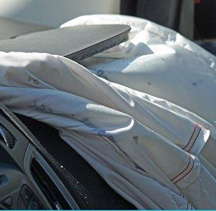 Сработавшая подушка безопасности, архивное фото