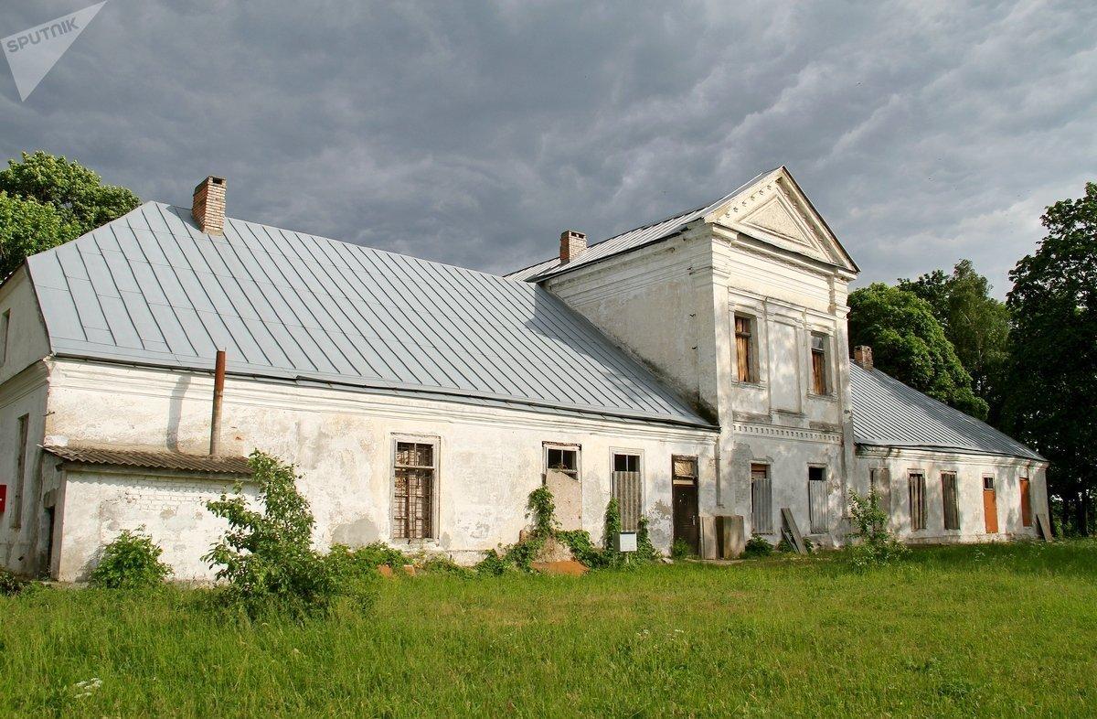 В этой усадьбе в будущем откроется музей белорусской шляхты. Пока здание стоит с заколоченными окнами — чтобы вандалы не забрались