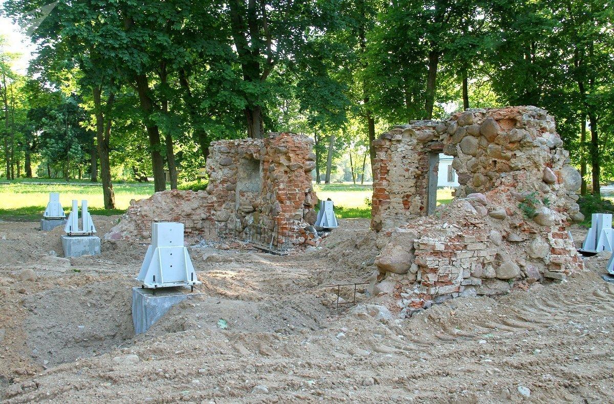 Фрагменты руин бывшей конюшни. Их защитят так надежно, что они смогут простоять в таком виде еще лет 200