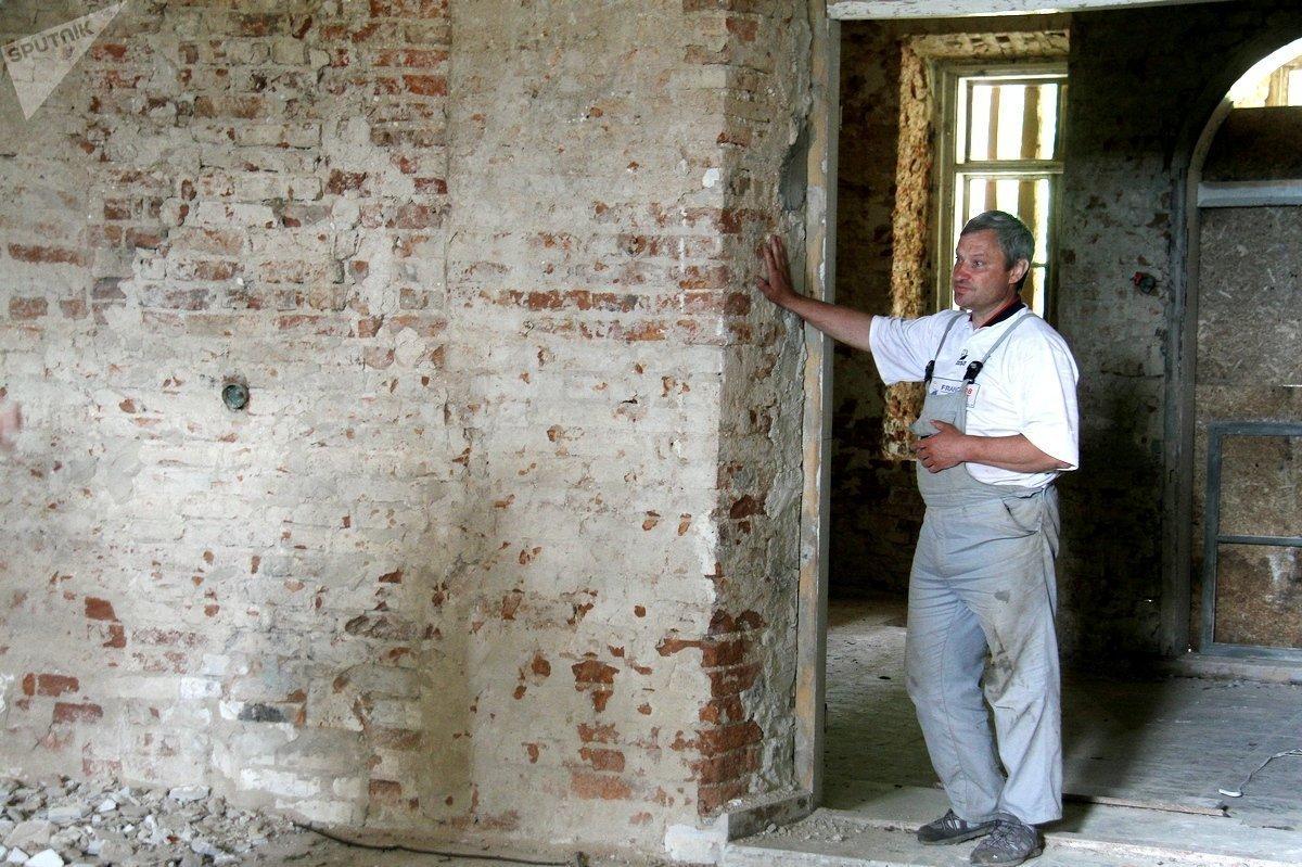 Стены в панском доме очень толстые, но полые внутри. В них спрятана система отопления. Помещения обогревались за счет теплых стен, пояснил один из строителей