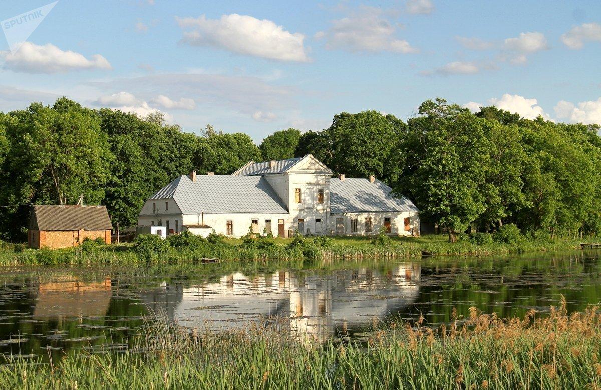 Панский дом имения стоит на живописном берегу речки Зельвянки