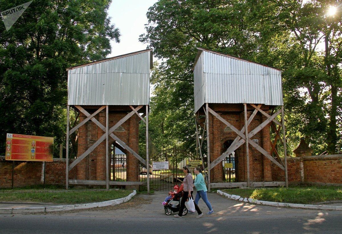 Парадный вход в будущую усадьбу. Входная группа сделана в виде высоких колонн, которые под временной крышей ждут реставрации