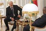 Встреча президента Беларуси Александра Лукашенко (слева) и главы МИД Анголы Жорже Ребелу Пинту Шикоти
