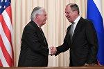 Министр иностранных дел РФ Сергей Лавров и Государственный секретарь США Рекс Тиллерсон (слева)