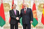 Президент Вьетнама Чан Дай Куанг (слева) и президент Беларуси Александр Лукашенко