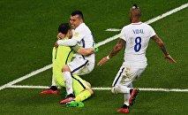 Справа налево: Артуро Видаль, Гари Медель и вратарь Клаудио Браво (Чили) радуются победе