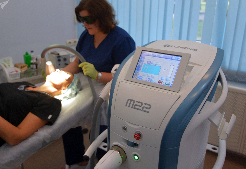Лазерные процедуры не только помогают убрать с кожи сосудистые звездочки и пигментные пятна, но и в целом омолаживают ее